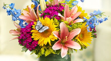 Bouquet of colorful flowers sittting on a table